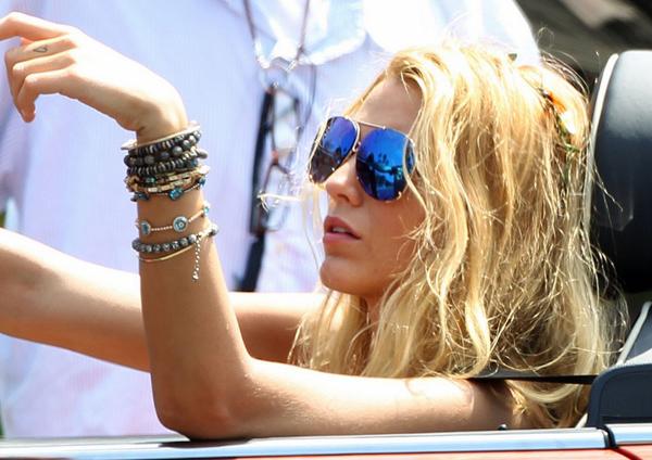 Blake-lively-mini-cooper-oculos_sol-espelhado_azul_sunglasses_mirror_aviator